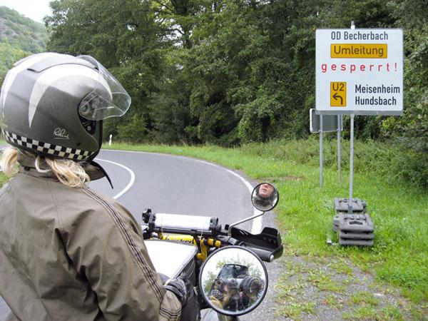 Bord gesperrt, fotograaf in spiegeltje van motor te zien