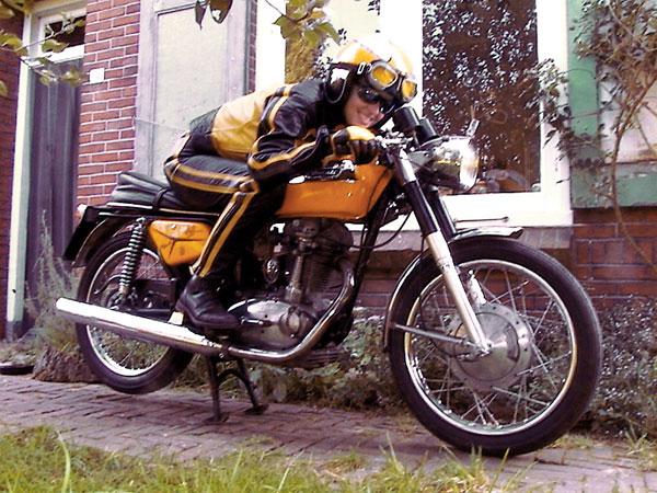 Motorrijder in het geel op een gele eencylinder
