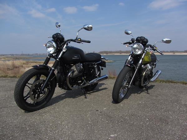 Two motorcycles with water behind them motoren met water er achter