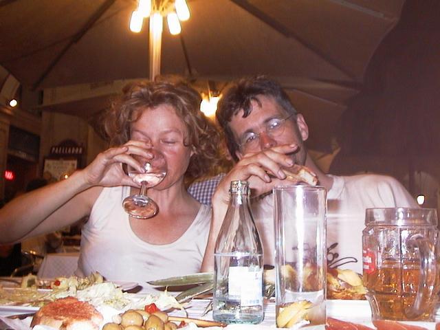Sylvia en Ernst achter een glas bier