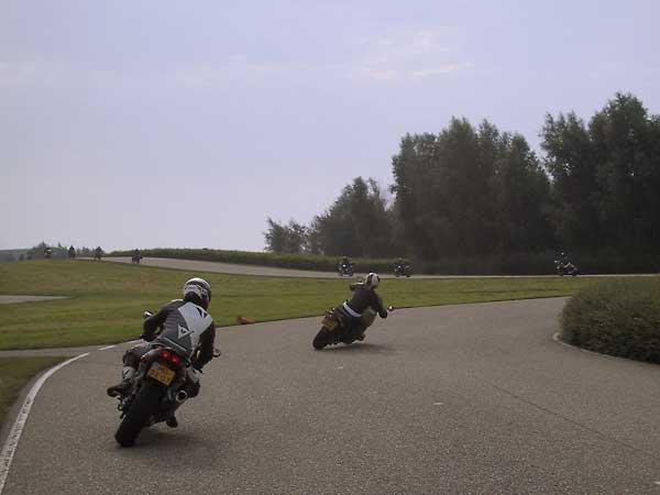 Twee motorrijders op een circuit