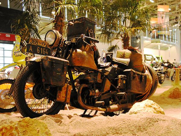 2d94adfe3fb Hele oude Harley, vol leren koffers en tassen