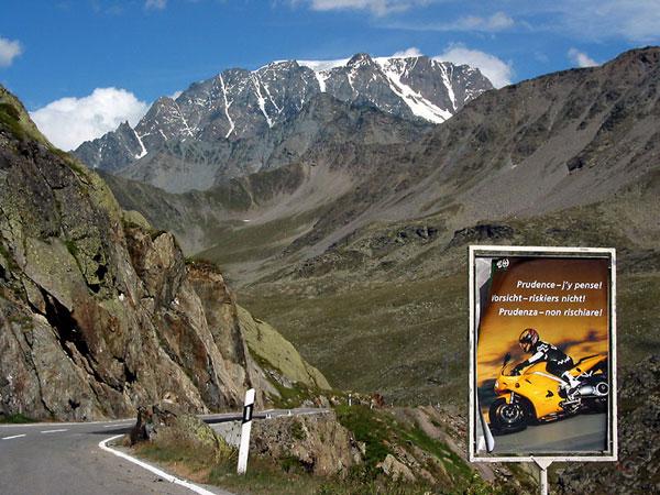 Waarschuwingsbord voor motorrijders in de Alpen