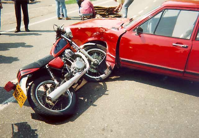 motor tegen auto gebotst