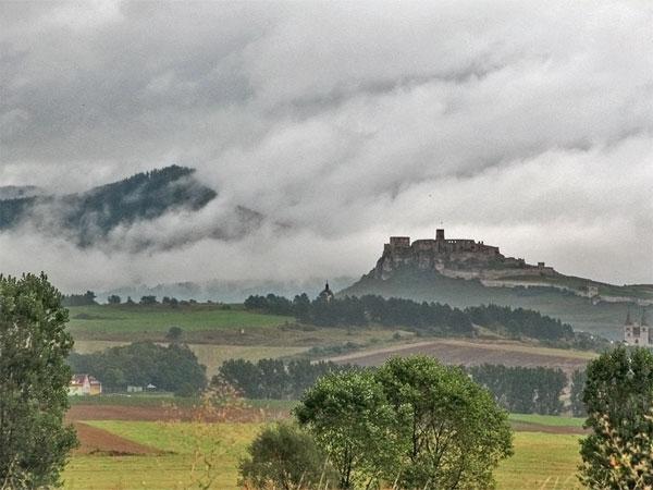 Donkere wolken en een kasteel